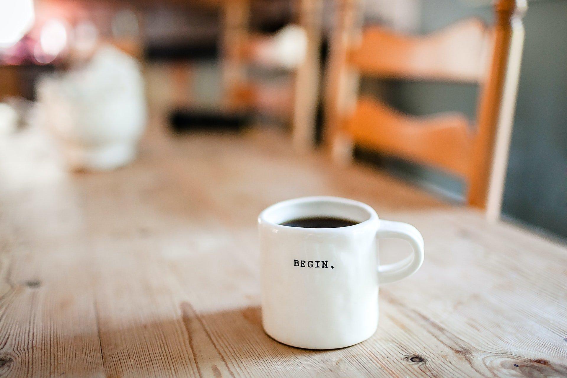 kahvimuki pöydällä, joka on osa yrittäjän arkea.
